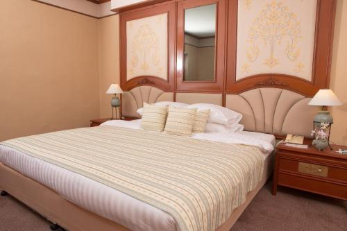 A bed or beds in a room at Chiangmai Plaza Hotel