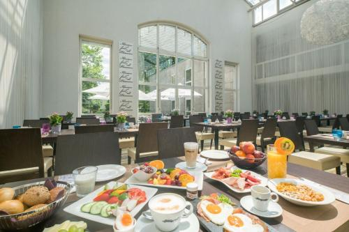 A restaurant or other place to eat at Best Western Plus Hotel Fellbach-Stuttgart