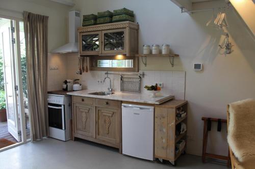 A kitchen or kitchenette at Het Huisje Breda