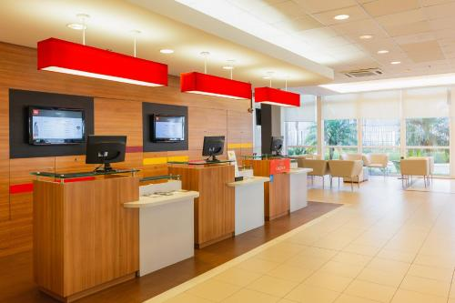 The lobby or reception area at ibis Canoas Shopping