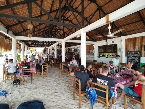 Restaurant ou autre lieu de restauration dans l'établissement Evolution Dive and Beach Resort