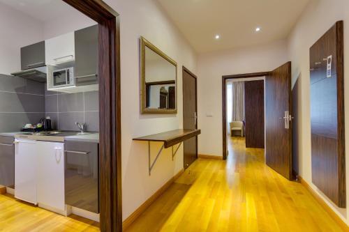 A kitchen or kitchenette at Best Western Plus Hotel Arcadia