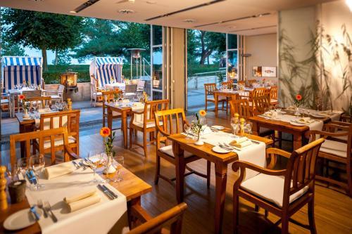Ein Restaurant oder anderes Speiselokal in der Unterkunft Dorint Strandhotel Binz/Rügen