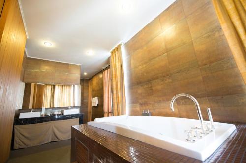 A bathroom at Sukhothai Treasure Resort & Spa
