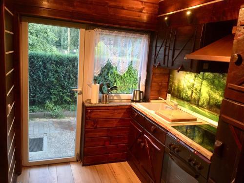 Küche/Küchenzeile in der Unterkunft Holzhaus Trollblümchen am Wald und See
