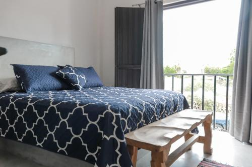 Una cama o camas en una habitación de Gallo Azul, Downtown Loft Style Apartment