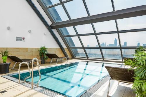 The swimming pool at or near Radisson Blu Hotel Frankfurt
