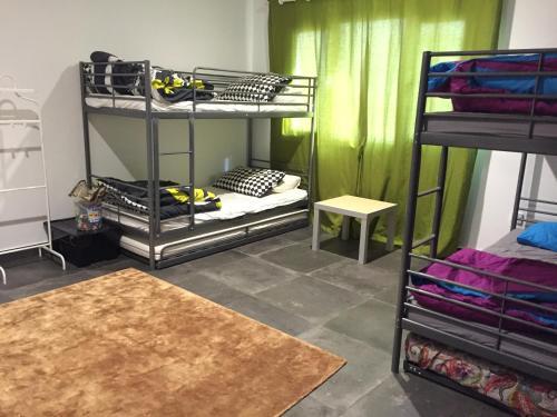 سرير بطابقين أو أسرّة بطابقين في غرفة في Baitalkhairan Beach Chalet