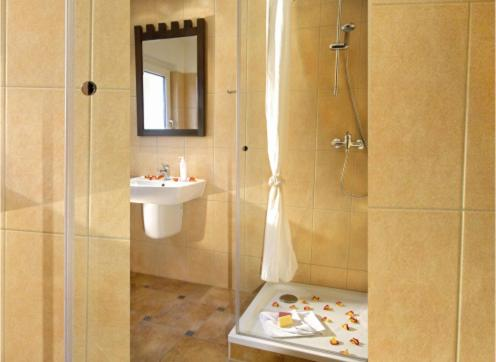 A bathroom at BinzHotel Landhaus Waechter