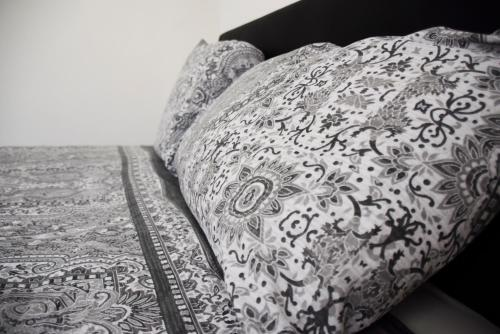 A bed or beds in a room at Central 2 Bed Apartment (2)