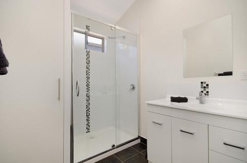A bathroom at Port Fairy Holiday Park