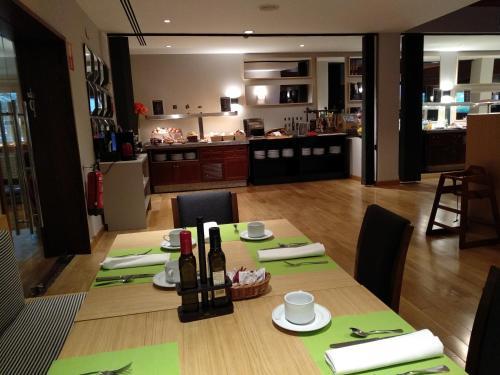 A restaurant or other place to eat at Parador de Artíes