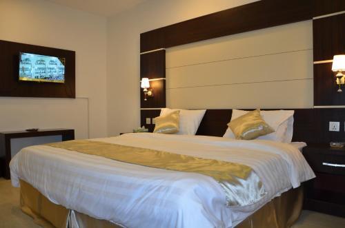 سرير أو أسرّة في غرفة في فندق قلب جازان