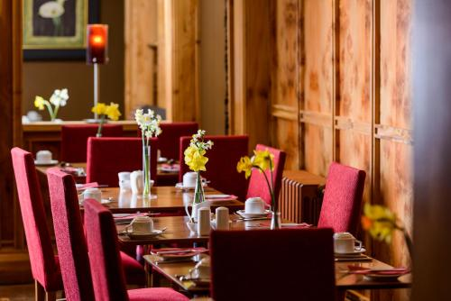 A restaurant or other place to eat at Dingle Bay Hotel