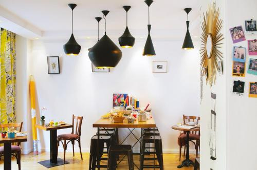A restaurant or other place to eat at Hôtel Crayon by Elegancia
