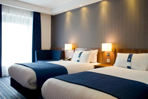 A bed or beds in a room at Holiday Inn Express Dunstable, an IHG Hotel