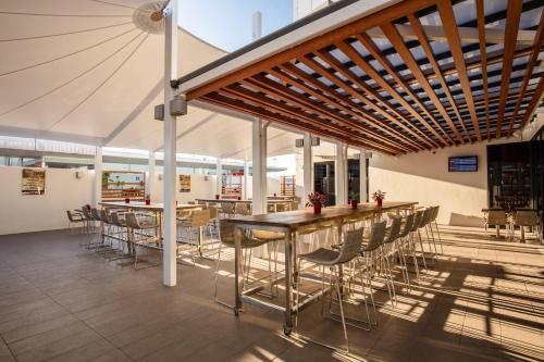 A restaurant or other place to eat at Ibis Mackay