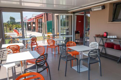 Un restaurante o sitio para comer en Ace Hôtel Caen Nord Mémorial