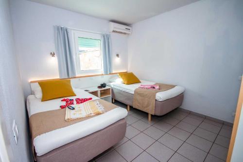 Een bed of bedden in een kamer bij Servatur Terrazamar Sun Suite