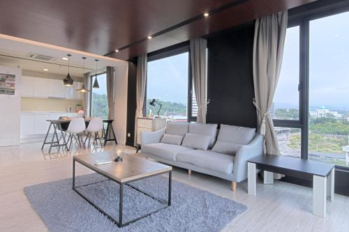 A seating area at Cozy Living Sky Apartment