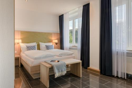 A bed or beds in a room at Hotel Conti Am Hauptbahnhof