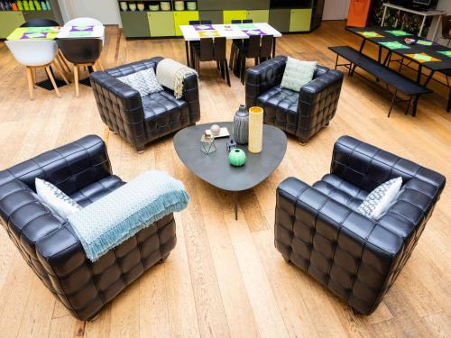 A seating area at ibis Styles Calais Centre