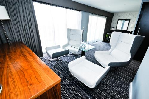 A seating area at DoubleTree by Hilton Bristol South - Cadbury House