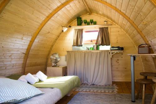 Uma cama ou camas num quarto em Camping Oleiros