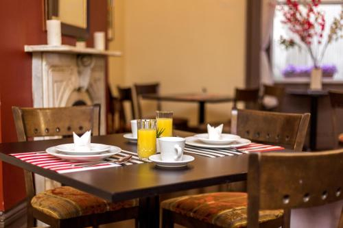 A restaurant or other place to eat at Auberge & Hotel Montreal Espace Confort