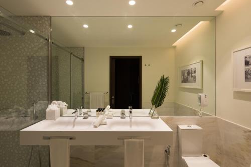 Een badkamer bij Pestana Porto - A Brasileira, City Center & Heritage Building