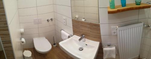 Ein Badezimmer in der Unterkunft Weinhaus Selmigkeit