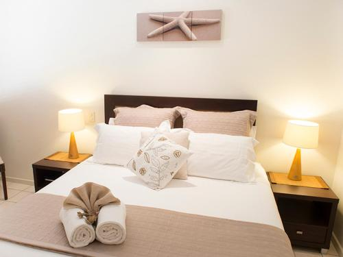 A bed or beds in a room at Gecko Lodge Kalbarri