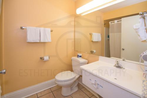 A bathroom at Naples Park Central Hotel