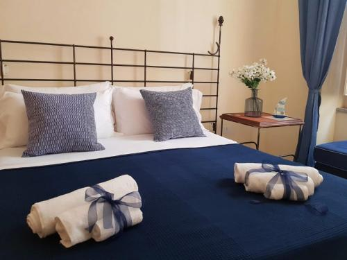 A bed or beds in a room at Le Petit Bouganville