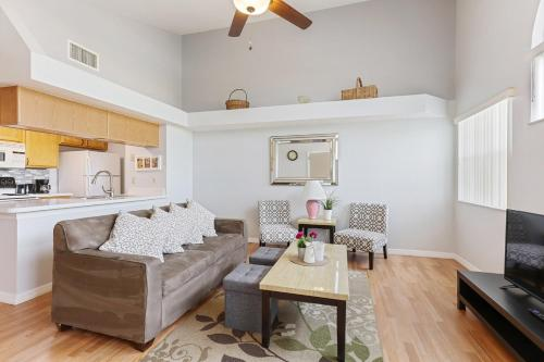 A kitchen or kitchenette at 2-Bedroom Cozy Condo Unit, 8 miles from Disney!