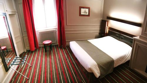 A bed or beds in a room at Hotel De L'univers