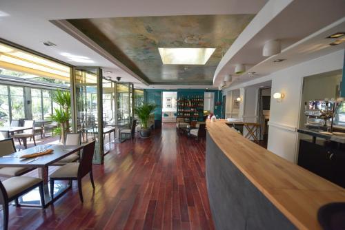 Restaurant ou autre lieu de restauration dans l'établissement Hotel Restaurant La Villa Arena