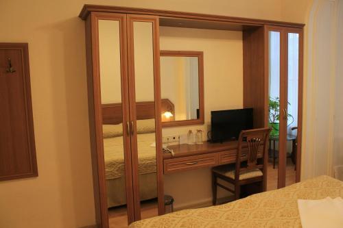 Телевизор и/или развлекательный центр в Nouvelle Europe гостевые комнаты