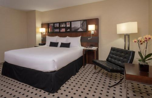 Een bed of bedden in een kamer bij Warwick Hotel Rittenhouse Square