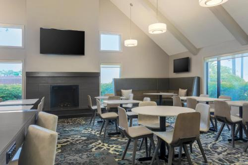 The lounge or bar area at Residence Inn St. Petersburg Clearwater