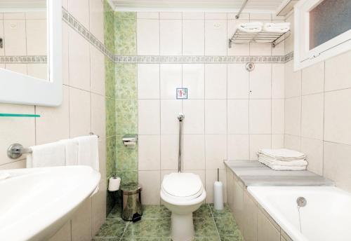 A bathroom at Eurovillage Achilleas Hotel