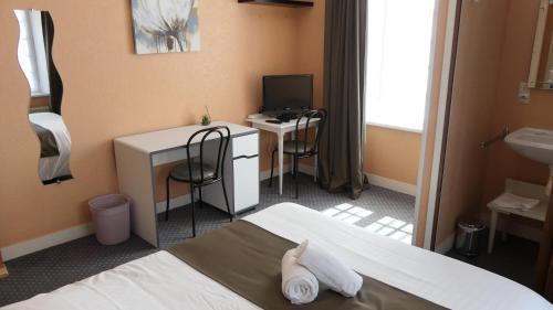 Télévision ou salle de divertissement dans l'établissement Hôtel Duguesclin