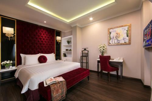 Giường trong phòng chung tại Hanoi L'Heritage Centre Hotel & Spa