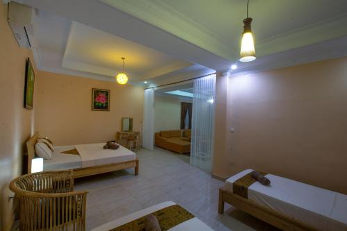 A bed or beds in a room at Ada Waktu Bed & Breakfast