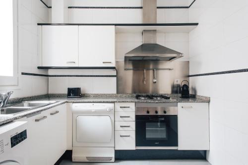 Una cocina o zona de cocina en Barcelona Apartment Val