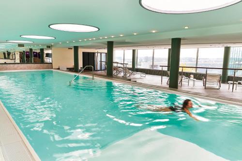 Het zwembad bij of vlak bij Steigenberger Airport Hotel Frankfurt