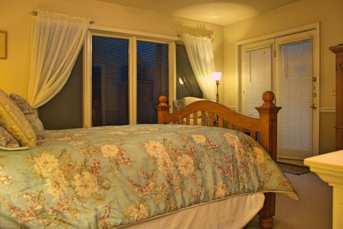 A bed or beds in a room at Black Bear Manor