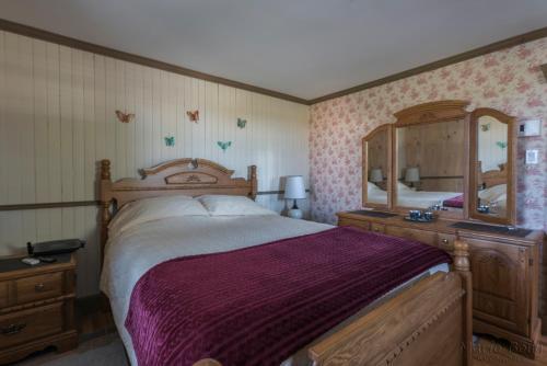 A bed or beds in a room at Gîte La Belle Dame