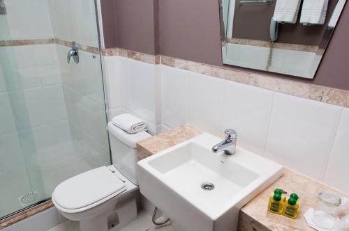 A bathroom at Golden Hotel e Eventos