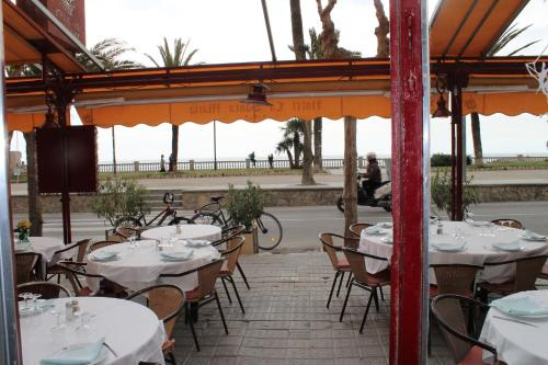 A restaurant or other place to eat at La Santa María